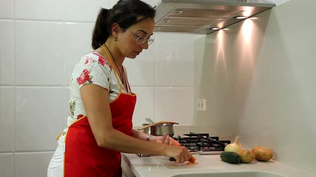 домохозяйка : Young housewife working in the kitchen