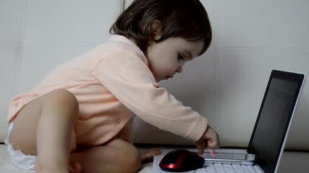 pelenka : Cute baby with laptop computer on the white blanket background Stock mozgókép