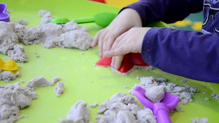 успокаивающий : Creative boy making figures from kinetic sand at lesson