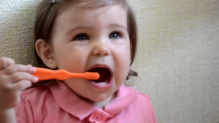 escova de dentes : dental hygiene. happy little girl toddlers brushing her teeth. Healthy concept