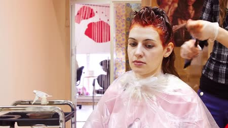 kuaför : Woman getting haircut and coloring at hairdressing salon Stok Video