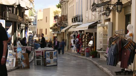 греческий : ATHENS GREECE  CIRCA APR 2015: Crowded shopping street in Old town. Old town of Athens is one of the principal shopping districts in the city. Стоковые видеозаписи