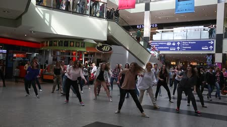 lengyelország : KRAKOW POLAND  MAY 16 2015: Unidentified participants in a dance flash mob at the Central city train station. Stock mozgókép