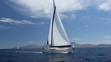 żaglówka : Yacht sails with beautiful cloudless sky. Sailing. Luxury yacht. Wideo