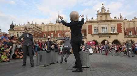 lengyelország : KRAKOW, POLAND - JUL 12, 2015: Participants at the annually Jul 9-12 28th International Festival of Street Theatres - Teatr KTO PL Peregrinus in Main Square and at random points around the city. Stock mozgókép
