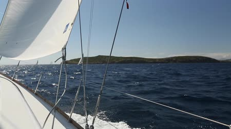 żaglowiec : Sailing in the wind through the waves at the Aegean Sea in Greece. Luxury yachts. Yachting.