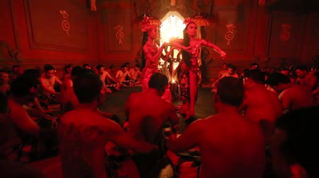 çok güzel : UBUD, BALI  INDONESIA - FEB 27, 2016: Unidentified dancers performing traditional balinese Kecak Trance Fire Dance. Kecak (also known as Ramayana Monkey Chant) is very popular cultural show on Bali. Stok Video