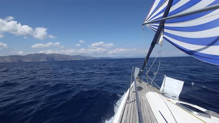 парусный спорт : Sailing regatta. Cruise yachting. Luxury yacht at sea race.