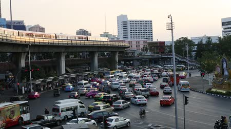 múltiplas : BANGKOK, THAILAND - APR 8, 2016: Rush hour of traffic circle near the Victory Monument BTS Station. Located in Ratchathewi District, northeast of central Bangkok. Vídeos