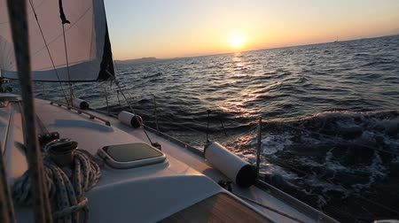 żaglówka : Sunset at sea on a sailing yacht.