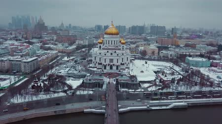ortodoxia : Savior in Moscow in winter. It is snowing everywhere. There are sights, historical buildings, Moscow city and Stalins skyscrapers around the cathedral. Stock Footage