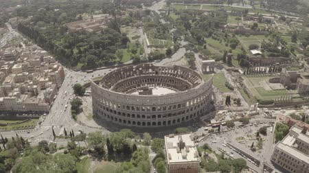 colosseo : Aerial footage of Coliseum from drone, Rome, Italy. Drone flying around the ancient amphitheatre.