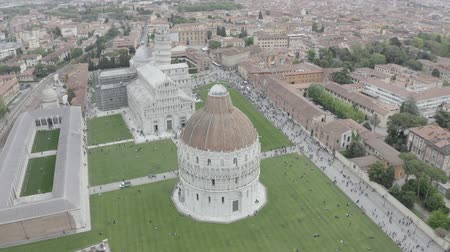 Итальянская культура : Aerial view of the Leaning Tower of Pisa, Cathedral of Santa Maria Assunta and Baptistery in Miracoli Square, Pisa, Tuscany, Italy. Стоковые видеозаписи
