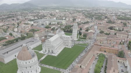 romanesk : Aerial view of the Leaning Tower of Pisa, Cathedral of Santa Maria Assunta and Baptistery in Miracoli Square, Pisa, Tuscany, Italy. Stok Video