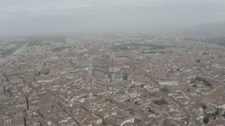 toscane : Aerial view of Santa Maria del Fiore Cathedral in historical center of Florence, Italy. Orange roofs. Italian Tuscany landscape. LOG.