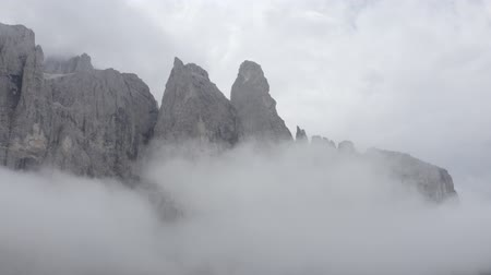 arborizado : Aerial view of Dolomites mountain peaks, sheer cliffs. Drone rises up above clouds. Geisler or Odle Dolomites Group. South Tyrol, Italy. Vídeos
