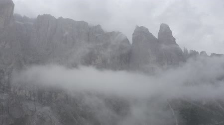 arborizado : Dolomites, Alps mountains. Aerial view of sheer cliffs, mountain peaks through clouds. Summer cloudy weather. Geisler or Odle Dolomites Group. South Tyrol, Italy. Vídeos