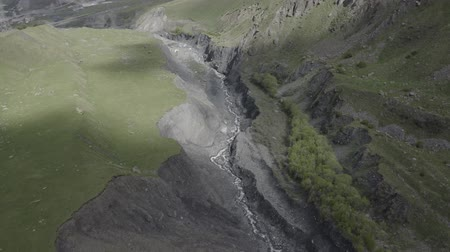 georgien : Aerial footage of river in mountains of Georgia. Beautiful summer landscape. Nature of Kazbegi from above. Travel drone.