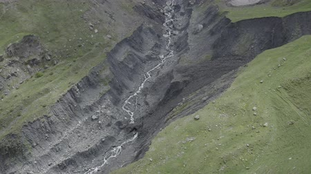 Грузия : Aerial footage of river in mountains of Georgia. Beautiful summer landscape. Nature of Kazbegi from above. Travel drone.