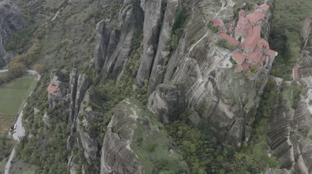 ortodoxia : Aerial view of Meteora with historical orthodox monasteries on top of meteors cliffs, Kalabaka, Greece. Drone flies over beautiful mountainous landscape with rocky cliffs. Stock Footage