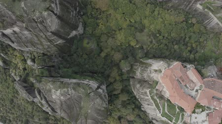 moine : Aerial top down spinning view of Meteora with historical orthodox monasteries on top of meteors cliffs, Kalabaka, Greece. Drone flies over beautiful mountainous landscape with rocky cliffs. Vidéos Libres De Droits