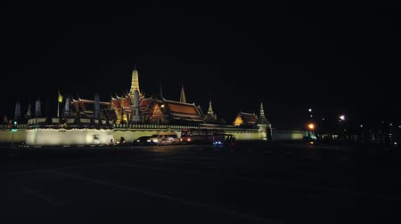 esquerda : Bangkok, Thailand - JANUARY 30 2020: 4k Timelapse, Cars driving at night on road, trail near Grand Royal Palace and Temple of Emerald Buddha. Bangkok traffic. Pan left. Vídeos
