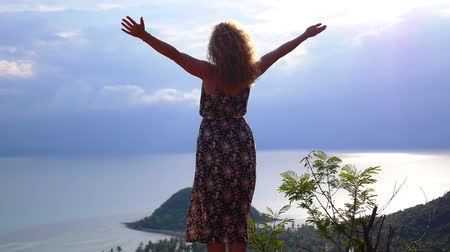 alcançando : Happy Woman reached the Top and is excited by the Sea View at the Top of the Mountain. Thailand. Koh Samui. Slow Motion.