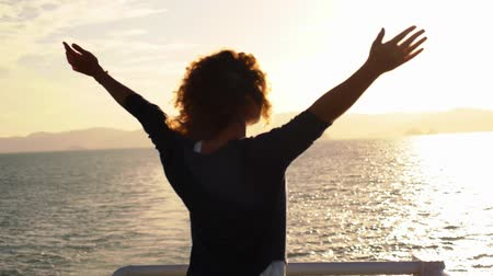 braços levantados : True Happiness. Free Inspired Woman Enjoying Sunrise. Beautiful Woman Embracing the Golden Sunshine Glow of Sunrise with Arms Outspread and Face Raised in Sky Enjoying Peace, Serenity in Nature. Slow Motion.