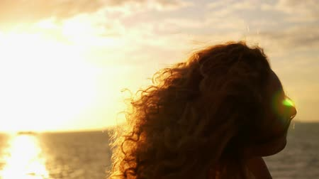 kudrnatý : Happy Healthy Living Concept. Natural Carefree Woman Laughing in the Sunset and Playing with Her Curly Hair. Slow Motion.