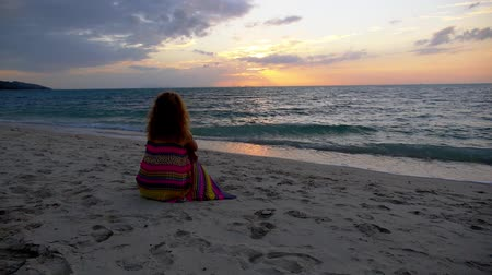 одиноко : Sad Woman at the Beach against Sunset. Feeling of Sorrow and Loneliness. Slow Motion.