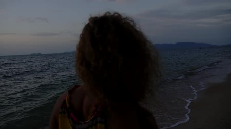 kıvırcık saçlar : Young Sad and Lonely Woman with Curly Hair Walking on the Beach. Thailand. Koh Samui. Slow Motion.