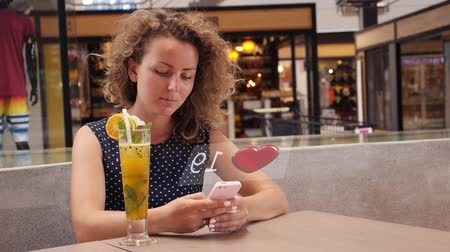 sosyal : Social Media Concept. Woman with Smartphone Collect Likes