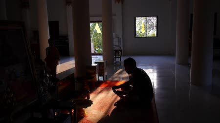 buddhista : Asian Buddhist Man Meditate and Pray in Buddhism Temple. HD, 1920x1080.