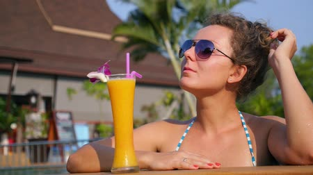 coquetel : Beautiful Girl in Sunglasses with Fresh Mango Juice in Swimming Pool. Slow Motion. HD, 1920x1080.