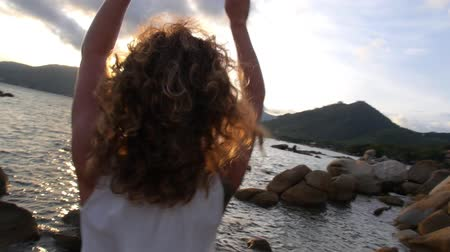kudrnatý : Gorgeous Curly Hair Woman Spreading Arms by the Sea. Slow Motion. HD, 1920x1080.