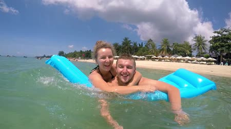 медовый месяц : Healthy Happy Lifestyle of Beach Couple Swimming in Sea. Slow Motion. HD, 1920x1080.
