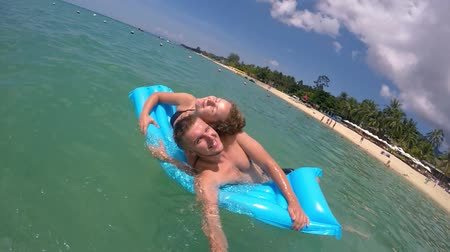 медовый месяц : Young Honeymoon Couple in Sea at Beach on Summer Vacation. Slow motion. HD, 1920x1080.