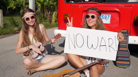protesto : Hippie Girls with No War Message and Peace Symbol Concept Vídeos