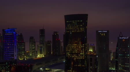 Doha skyline timelapse video dag naar nacht licht skycreapers centrum Qatar, Midden-Oosten Stockvideo