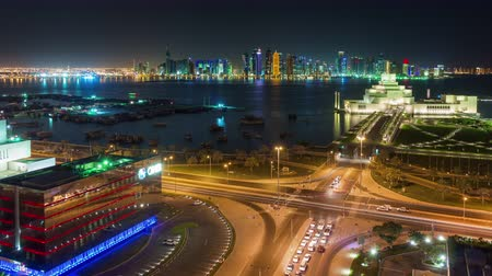 Doha skyline timelapse video nachtverlichting skycreapers centrum Qatar, Midden-Oosten Stockvideo