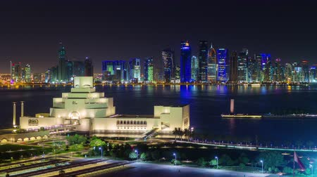 Doha timelapse video nachtverlichting skycreapers centrum Qatar, Midden-Oosten Stockvideo