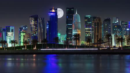 Doha skyline timelapse video nachtverlichting skycreapers centrum Qatar supermoon, Midden-Oosten Stockvideo