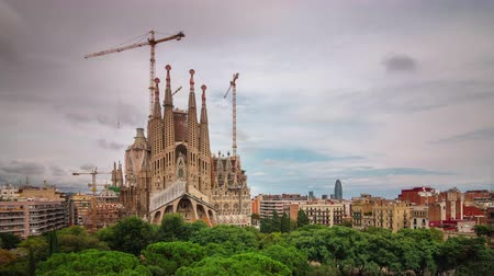 каталонский : BARCELONA, CATALONIA - JULY 26th 2017: Timelapse of Sagrada familia Gaudi architecture streets