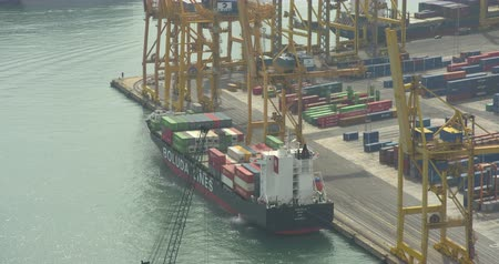 comerciante : BARCELONA, SPAIN - JULY 15th 2017: Large cargo port in Barcelona. Cranes and containers. Aerial view