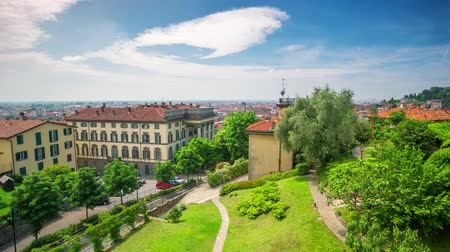eu : BERGAMO, ITALY - MAY 3, 2017 - timelapse of old city centre from above. Historical architecture. Vídeos
