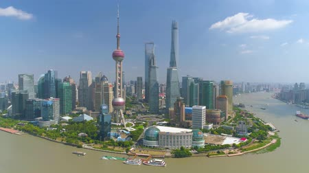 жемчуг : SHANGHAI, CHINA - MAY 5, 2017: Aerial view video, business skycreapers skyline Huangpu river bridge Стоковые видеозаписи