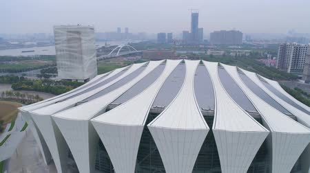 SHANGHAI, CHINA - MEI 6, 2017: Luchtfoto video van Shanghai Oriental Sports Center 4k mist, schemering