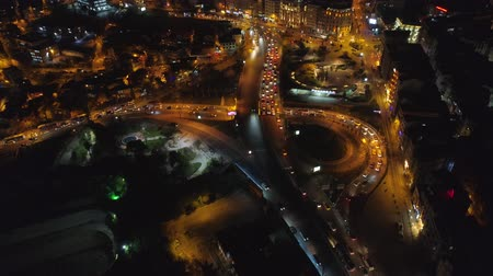 chifre : Night aerial drone shot of Istanbul, Turkie. From above, city centre, downtown. Road, car traffic. Vídeos