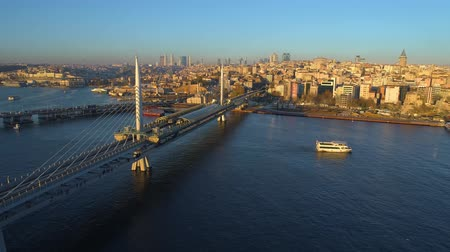 grande angular : Aerial drone view of the Istanbul, Turkie. Bosphorus Halic bay. Sunny day. Fly over the bridges. Vídeos