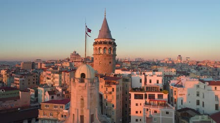 рог : Galata tower in Istanbul, Turkie. Aerial drone shot from above, city centre, downtown. Sunset.